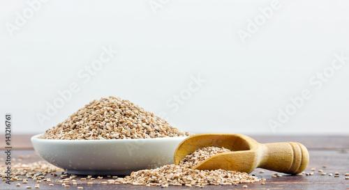 sesame seeds / Porcelain dish with sesame seeds