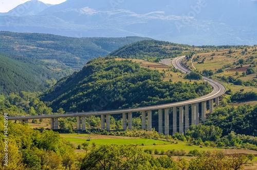 Canvas-taulu Gran Sasso Autobahn in den Abruzzen - Gran Sasso freeway in Abruzzo