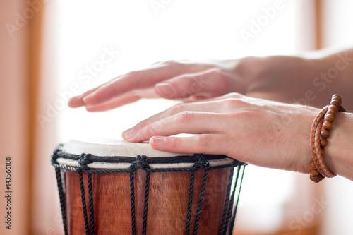 Fototapeta Hände Trommeln auf Holztrommel