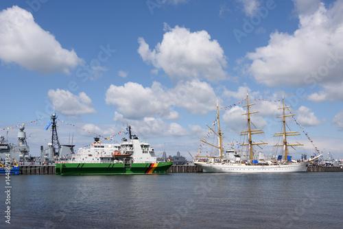 Photo Tirpitzmole in Kiel mit Gorch Fock und Küstenwache