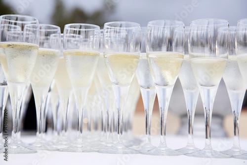 Fotografija bicchieri a calice in vetro di spumante da aperitivo