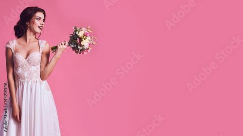 Fotografia Brunet bride portrait in pink studio