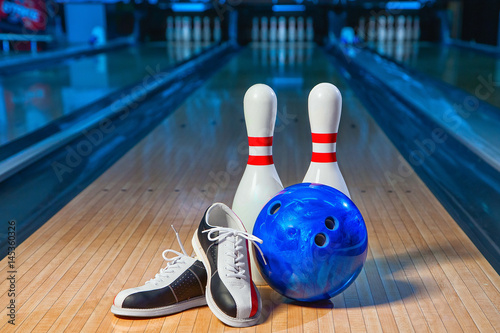 Fototapeta bowling shoes, bowling pins and ball for play in bowling