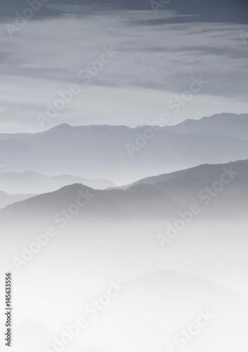 Fototapeta Warstwy gór w porannym słońcu we mgle
