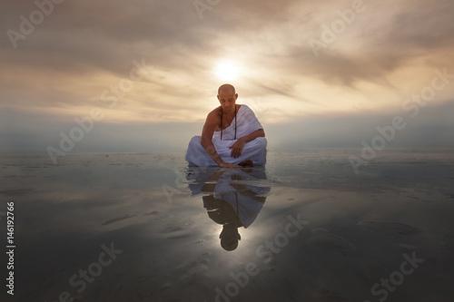 Valokuva Monk novice looks into his reflection