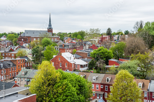 Fotografia Aerial of historic downtown Lancaster, Pennsylvania with blooming trees