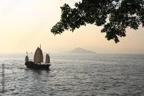 Obraz na plátně Sampan Sailing in Victoria Harbor, Hong Kong