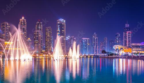 Foto The Burj Khalifa lake with dancing fountain of Dubai, UAE