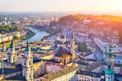 Fototapeta premium Widok z lotu ptaka na zabytkowe miasto Salzburg o zachodzie słońca, Salzburg