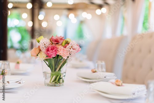 Carta da parati Flower table decorations for holidays and wedding dinner
