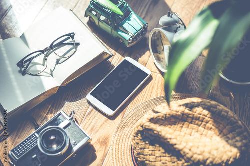 Fototapeta スマートフォンと散らばっている小物類