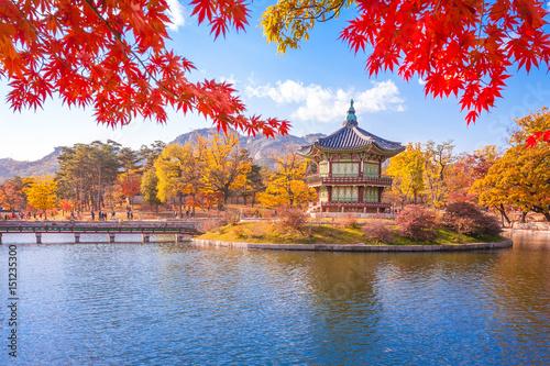 Canvas Print Gyeongbokgung palace with Maple leaves, Seoul, South Korea.
