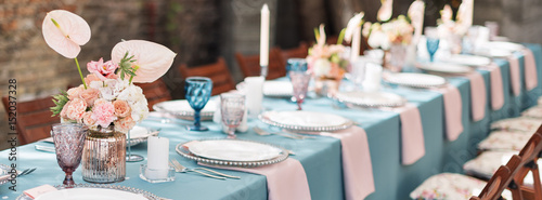 Photographie Flower table decorations for holidays and wedding dinner
