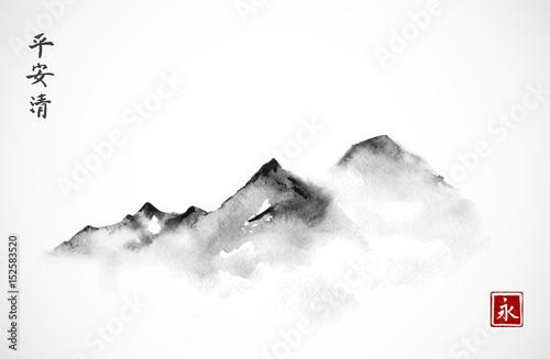 Góry we mgle ręcznie rysowane tuszem w minimalistycznym stylu na białym tle. Tradycyjne malowanie tuszem orientalnym sumi-e, u-sin, go-hua. Hieroglify - wieczność, duch, pokój, jasność.