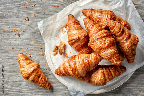Fotografía freshly baked croissants