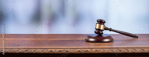 Fotografia Judge hammer on an old desk