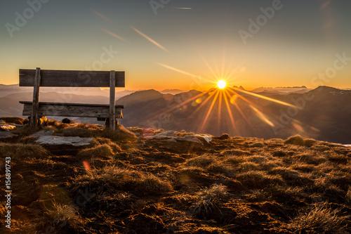 Berglandschaft mit Sitzbank während dem Sonnenaufgang