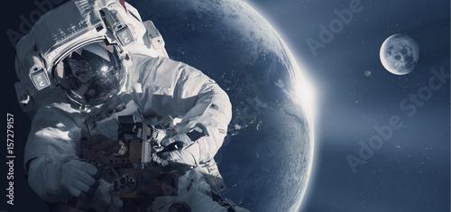 Fototapeta premium Astronauta w kosmosie na tle planety Ziemia. Elementy tego zdjęcia dostarczone przez NASA.