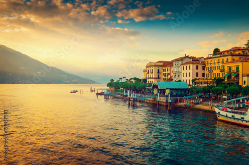 Photo Scenic Como lake and Bellagio town at sunset, Italy. Landscape.