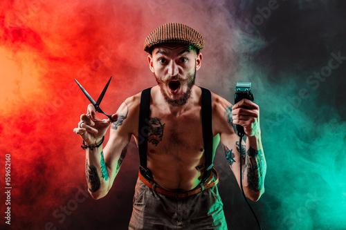 Stampa su Tela Stylish tattooed shirtless barber gangsta man with razor looking at camera