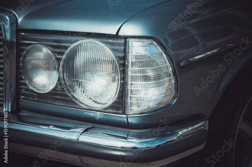 Photo Headlights and body of an old classic car at an exhibition of vintage cars