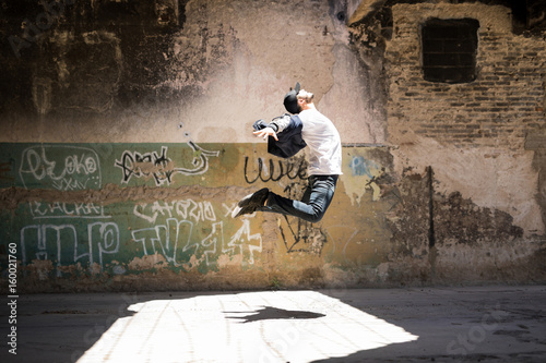 Canvas Print Hip hop dancer jumping and performing