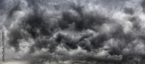 Canvas Print Cielo drammatico con nuvoloni di colore grigio