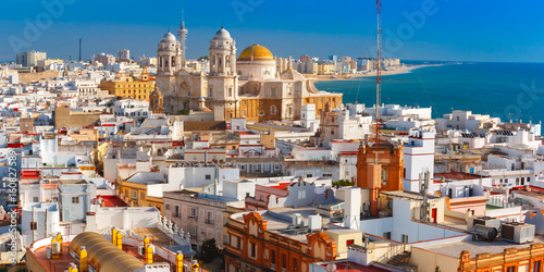 Fotografia Aerial panoramic view of the old city rooftops and Cathedral de Santa Cruz in th