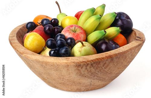 drewniana miska na owoce na białym tle