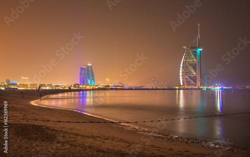 Photo DUBAI, UAE - MARCH 30, 2017: The evening skyline with the Burj al Arab and Jumeirah Beach Hotels