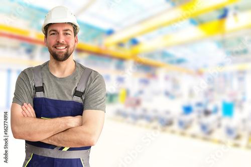 Fotografie, Obraz Monteur/ Arbeiter in einer Industriehalle