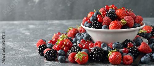 Fototapete Salad of fresh forest berries