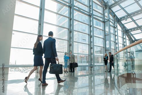 Obraz na płótnie Business people walking in glass building