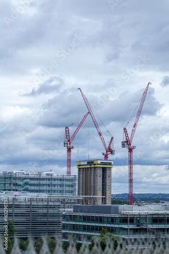 Платно Construction industry over the London skyline