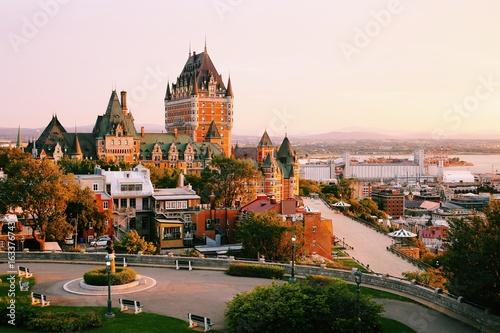 Fototapeta premium Zamek Frontenac w starym mieście Quebec w pięknym świetle wschodu słońca. Koncepcja podróży, wakacji, historii, pejzażu miejskiego, przyrody, lata, hoteli i architektury