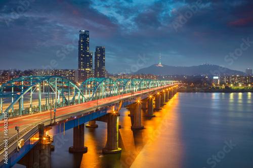 Fototapeta premium Seul. Obraz Seulu w Korei Południowej z mostem Dongjak i rzeką Hangang o zmierzchu.