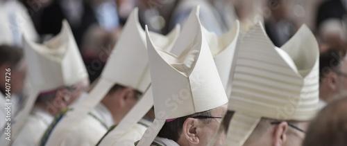 Fotografiet Bischofsmützen MItra im Hochamt Gottesdienst