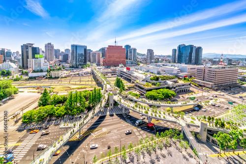 Fototapeta premium Widok z lotu ptaka na drogę 7017 i architekturę w Seulu Station, Seul City w Korei Południowej