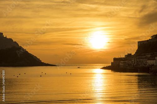 Hermoso atardecer sobre el mar en donostia san sebastian españa Fotobehang