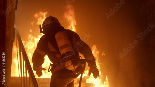 Valokuva Brave Firefighter Runs Up The Stairs