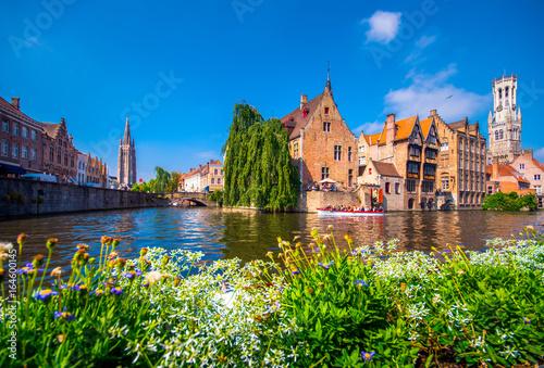 Fototapeta premium Widok z Rozenhoedkaai w Brugii z domem Perez de Malvenda i Belfort van Brugge w tle w świetle dziennym