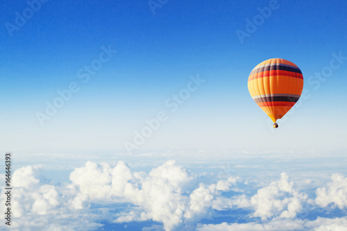 Tableau sur Toile inspiration or travel background, fly above the clouds, colorful hot air balloon