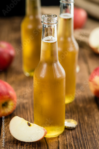 Photo Apple Cider on wooden background (selective focus)