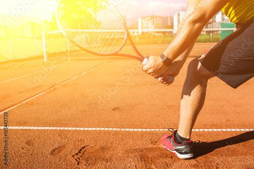 Naklejki na drzwi Męska ręka z rakietą tenisową