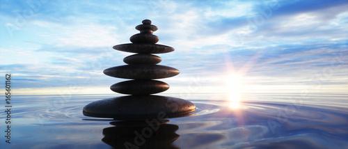 Steinturm im Ozean mit Abendhimmel 1