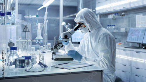 Fotografiet In a Secure High Level Laboratory Scientists in a Coverall Conducting a Research
