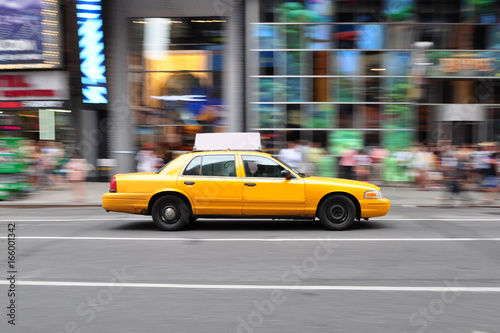 Panning shot of a taxicab at Times Square in New York, USA. Fototapete