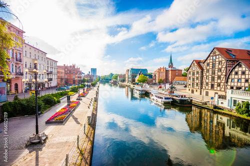 Fototapeta premium Stare Miasto i spichlerze nad rzeką Brdą. Bydgoszcz, Polska.