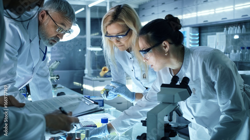 Obraz na plátně Team of Medical Research Scientists Work on a New Generation Disease Cure