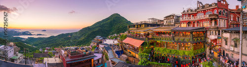 Fototapeta premium Widok z góry na Jiufen Old Street w Tajpej